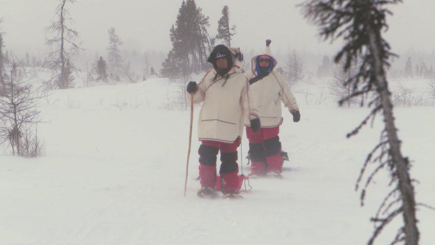 Stanley marche dans la neige à Kuujjuaq